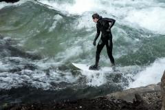 Surferwelle - Am Eisbach. Foto Hannelore Pierer