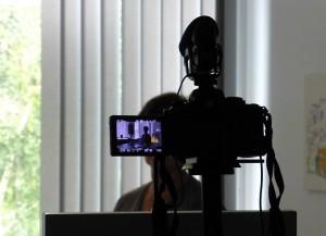 Vier Kameras nehmen das Video gleichzeitig auf. Davon sind zwei Kameras auf die Sprecherin gerichtet und zwei auf das Notebook.