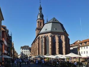 Der belebte Heidelberger Marktplatz mit der Heiliggeistkirche und dem Herkulesbrunnen