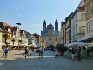 Die Maximilianstraße ist die Hauptgeschäftsstraße der Stadt Speyer und die ehemalige Prachtstraße Via Triumphalis der alten Kaiserstadt