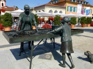 Die Spargelfrau auf dem Schloßplatz in Schwetzingen vor dem Brauhaus zum Ritter