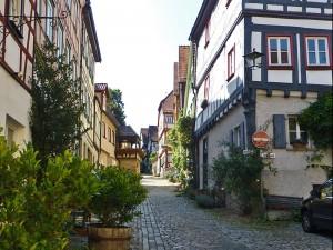 Altstadt von Bad Wimpfen mit vielen blumengeschmückten Fachwerkhäusern