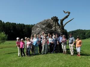 Wandergruppe vor dem Mammut