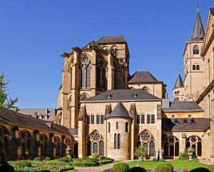 Die Liebfrauenkirche in Trier unmittelbar neben dem Trierer Dom