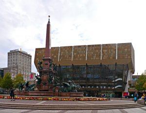 Das (Neue) Gewandhaus und davor der Mendebrunnen